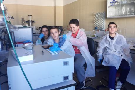 Alumnos de Primaria y Secundaria defienden en la Escuela de Almadén sus investigaciones sobre el mercurio