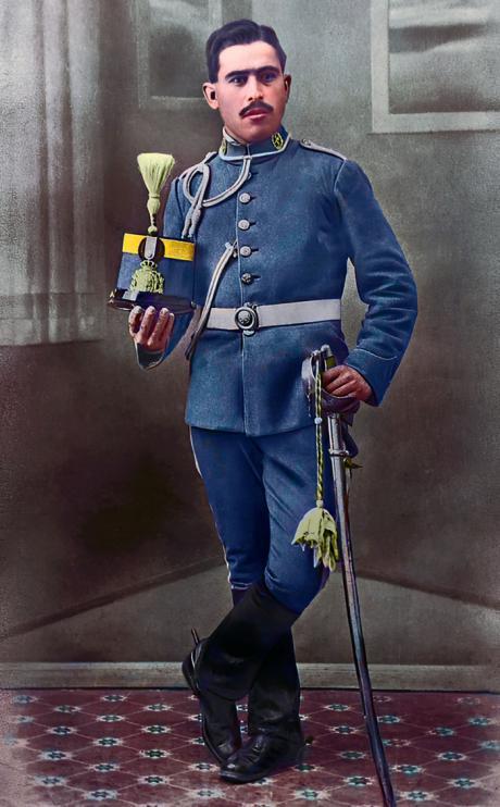 Foto de Juan Ángel Poveda Torres, con el uniforme de su regimiento, instántanea de 1920 que pertenece al archivo de Ángel Poveda Fernández. Foto coloreada por: Art Madrid Vintage.