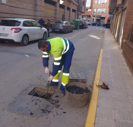 El Ayuntamiento de Tarancón y Aqualia realizan tareas de limpieza en las rejillas de pluviales