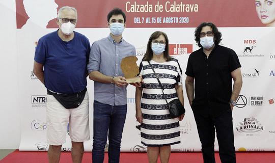 El cineasta Pablo Conde con el premio a Mejor Corto en el Festival Internacional de Cine de Calzada de Calatrava