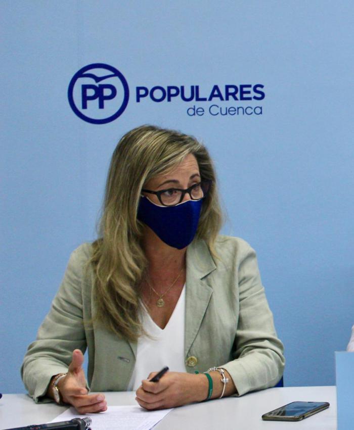 La portavoz del PP en las Cortes regionales, Lola Merino, durante la rueda de prensa ofrecida hoy en la Sede del PP de Cuenca