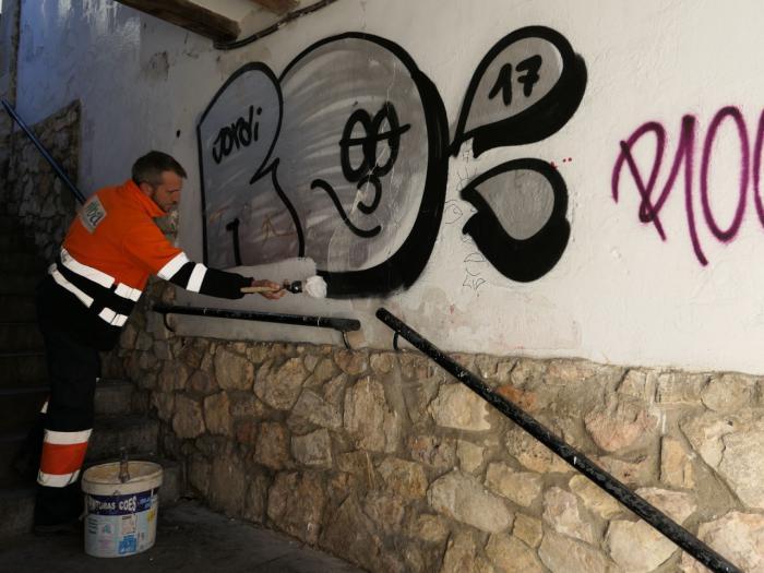 Eliminadas las pintadas en los muros del Jardín de los Poetas y en el Pasaje de la Moneda