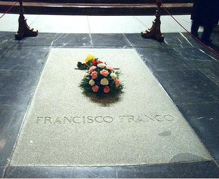 Los marmolistas conquenses que levantarán la losa de la tumba de Franco denuncian amenazas por parte de ultraderechistas