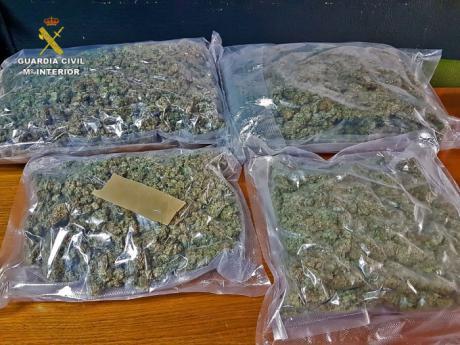La Guardia Civil interviene más de 3 kilos de marihuana en un control antidroga