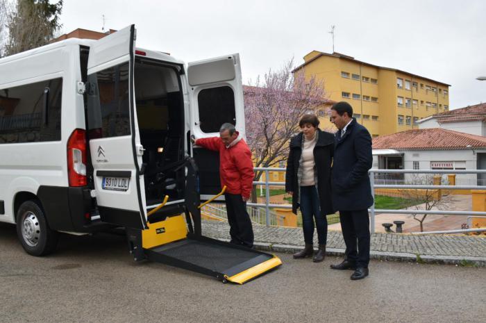 La Diputación sustituye la furgoneta de la Residencia Provincial que tenía 25 años de antigüedad