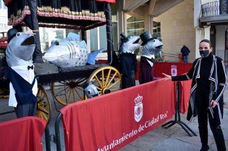 Ciudad Real expone en la Plaza Mayor el catafalco de la sardina y los nuevos cabezudos de su cortejo