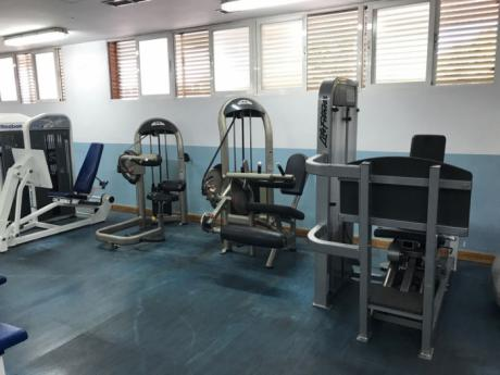 El Ayuntamiento instala cinco máquinas de musculación en el gimnasio del Polideportivo Municipal San Fernando