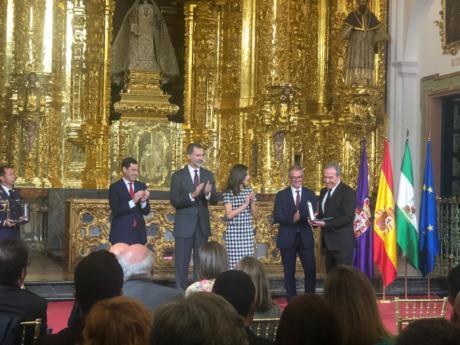 Mariscal felicita a José Luis Perales por la concesión de la Medalla de Oro al Mérito en las Bellas Artes