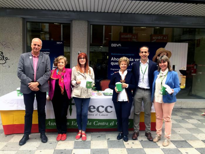 La Subdelegación del Gobierno en Cuenca colabora en la cuestación anual contra el cáncer instalando una mesa petitoria