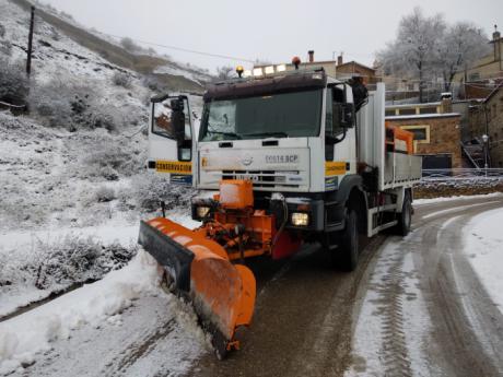 La Diputación ha movilizado 40 vehículos para limpiar de nieve que se acumula en la provincia
