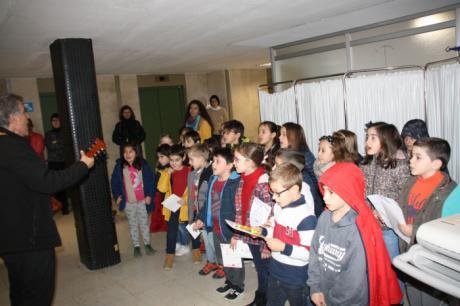 """Los niños del Colegio """"Fuente del Oro"""" hacen llegar sus felicitaciones navideñas a los profesionales del Hospital Virgen de la Luz"""