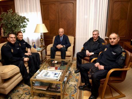 El subdelegado del Gobierno saluda a los tres nuevos mandos de la Policía Nacional que han llegado a la Comisaría de Cuenca