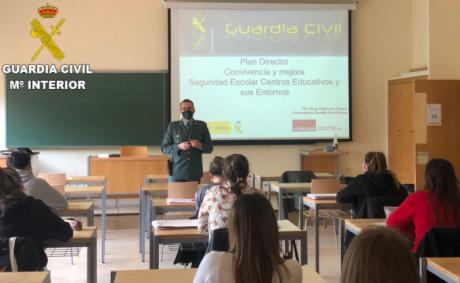 La Guardia Civil da a conocer el Plan Director a alumnos universitarios de la Facultad de Educación