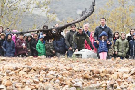 El Gobierno regional traslada a los escolares la importancia de preservar en la región la biodiversidad y las especies vulnerables como el buitre negro