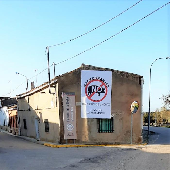 Barchín del Hoyo se llena con pancartas para frenar la macrogranja porcina proyectada