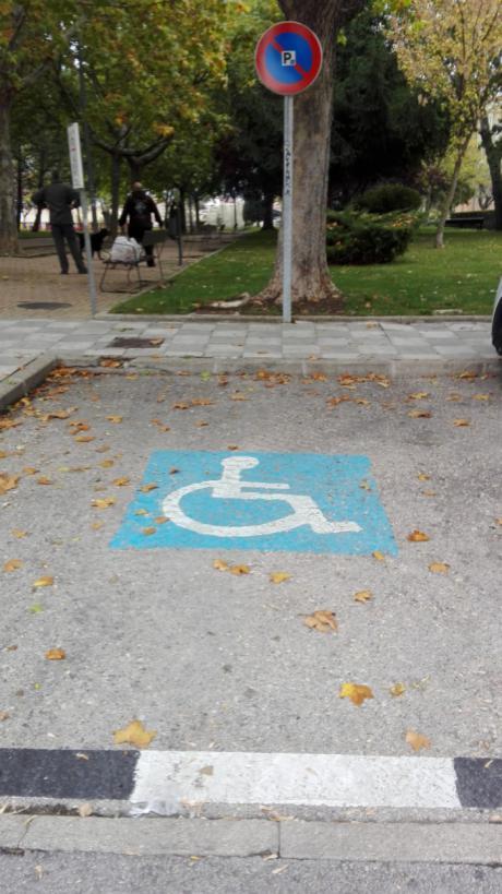 Se elimina la tarjeta verde y se permite que todos los conductores con movilidad reducida puedan aparcar en zona azul sin ser multados