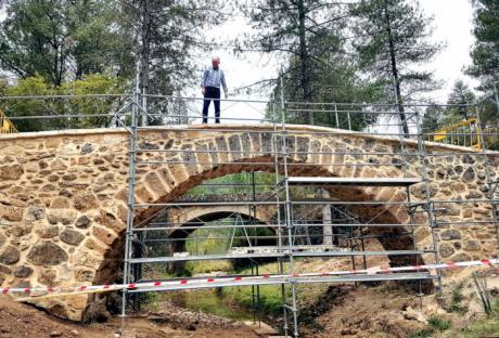 Parrilla comprueba el alto grado de ejecución de las obras de restauración del Puente Romano de Poyatos