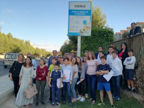 Mariscal descubre la placa de UNICEF que identifica a Cuenca como Ciudad Amiga de la Infancia
