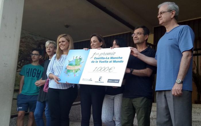 """La Junta entrega al CEIP Fuente del Oro el primer premio del reto """"Castilla-La Mancha da la vuelta al mundo"""""""