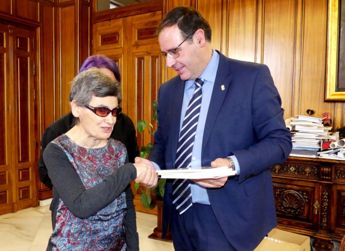 Diputación permitirá a una escritora sordociega de Jábaga cumplir su gran sueño: ver publicado su primer libro
