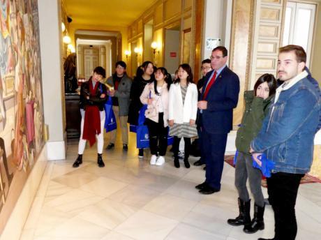 Prieto alaba al IES Alfonso VIII de la capital por apostar por su proyección internacional