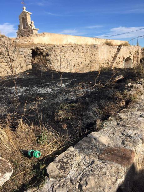 Quema controlada de maleza en el entorno de la ciudad medieval de Moya para contribuir a preservar su patrimonio