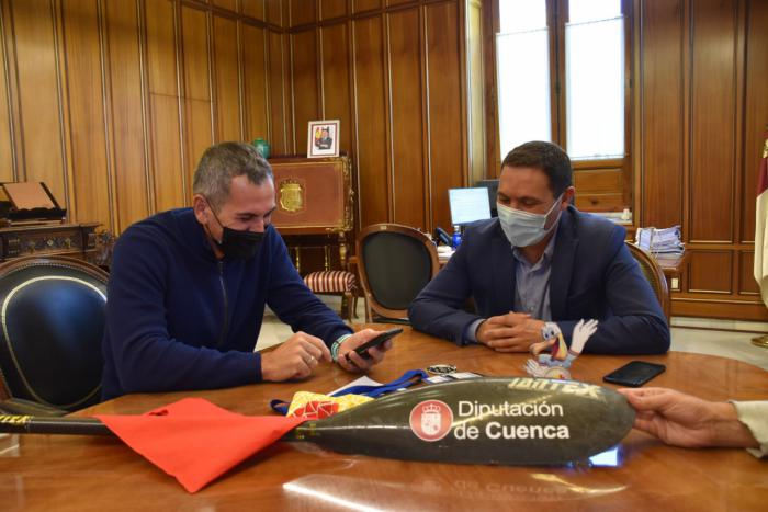 Martínez Chana recibe al piragüista Alberto Lumbreras después de ser subcampeón del mundo de maratón en Rumanía
