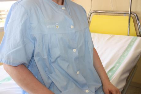 La Gerencia del Área Integrada renueva la lencería del Hospital con nuevos camisones con botones por delante