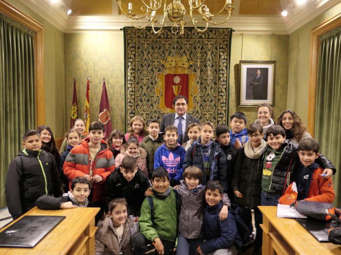Mariscal recibe a un grupo de alumnos del CEIP San Fernando