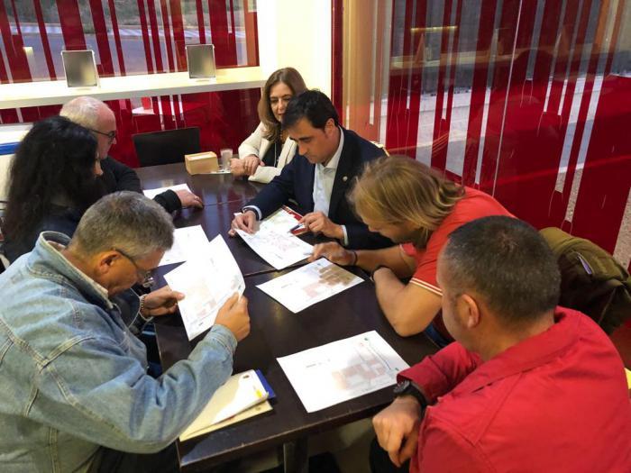 El Ayuntamiento informa a la Asociación de Vecinos del Cerro de la Horca sobre la instalación de mobiliario urbano