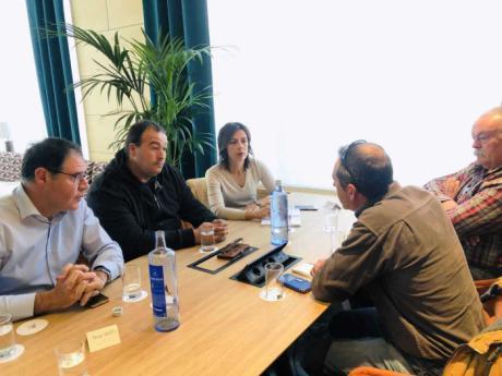 Luz Moya recoge la propuesta de recuperar la escuela municipal de pesca y los concursos en las Fiestas de San Julián