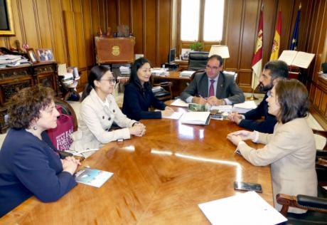 Prieto recibe a la directora del centro de negocios Shanghái I&C Foreing Languages School en su primera visita a España
