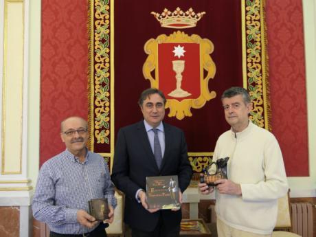 Mariscal recibe a 'Voces y Esparto' para conocer sus actividades previstas para la temporada de los Mayos