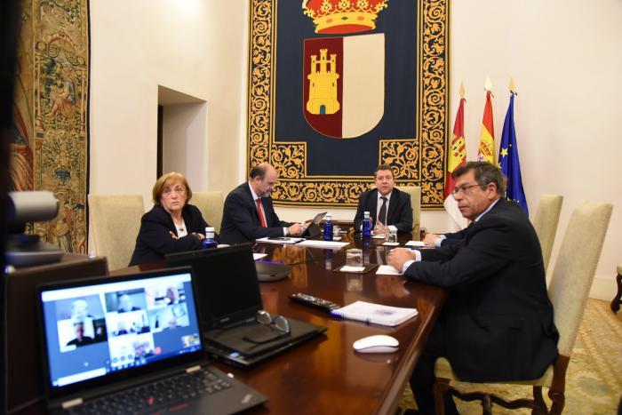 El presidente de Castilla-La Mancha se reúne por videoconferencia con los diferentes obispos de las diócesis de la región