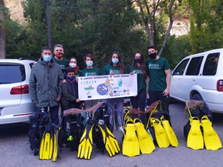 La Diputación colabora con el club de buceo APNEA en la limpieza del fondo del río Júcar durante este fin de semana