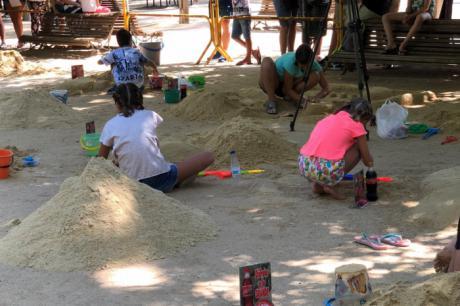 Gran afluencia de público en las actividades infantiles en el parque de Santa Ana