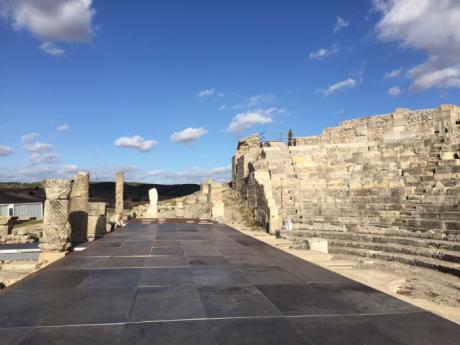 Se instala un escenario provisional para la celebración del Festival de Teatro Grecolatino en Segóbriga