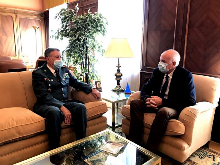 El subdelegado del Gobierno en Cuenca recibe en su despacho al conquense Alejandro Rodrigo por su ascenso a teniente coronel de la Guardia Civil