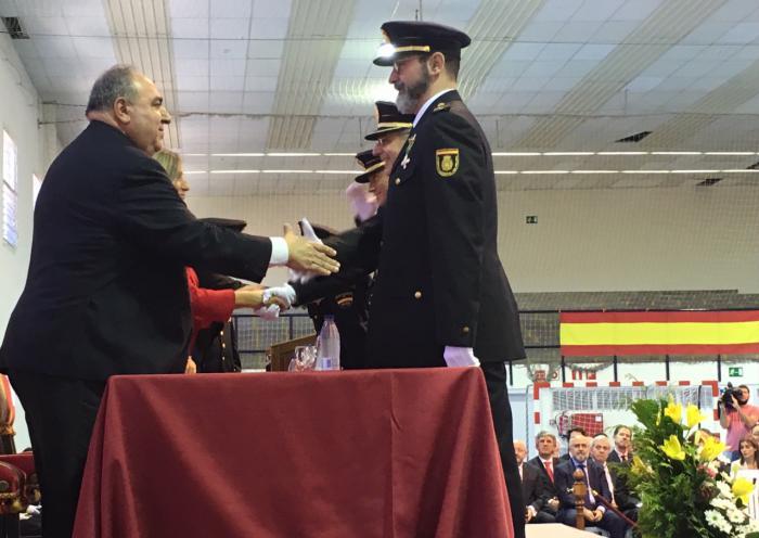 Tirado agradece a la Policía su trabajo diario para garantizar el cumplimiento de la ley, la Constitución y la unidad de España