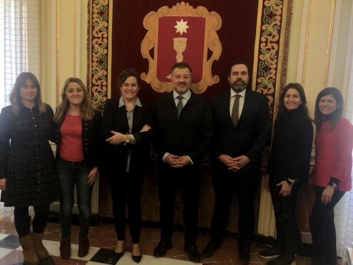 El alcalde da la bienvenida al nuevo delegado de Unicef en Cuenca, Juan Serrapio