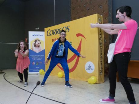 El Centro Cultural Aguirre acoge la penúltima fiesta del programa 'Correos reparte sonrisas' que recorre 23 ciudades españolas
