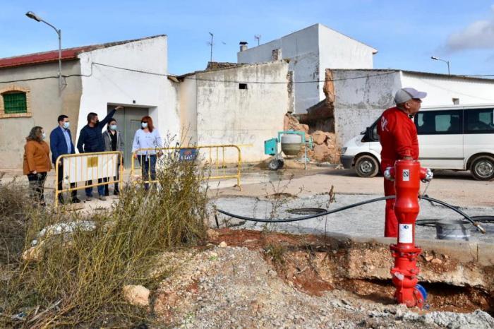 La Diputación ayuda con 10.000 euros al Ayuntamiento de Los Hinojosos para reparar el muro de la iglesia de San Bartolomé