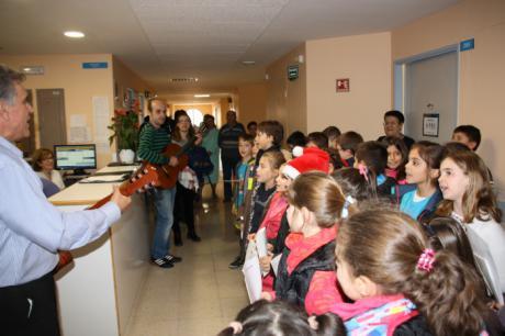 """Los profesionales del Hospital Virgen de la Luz reciben las felicitaciones navideñas de los niños del Colegio """"Fuente del Oro"""""""