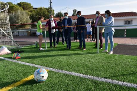 Diputación y Ayuntamiento de Valera de Abajo invierten 200.000 euros en poner el césped artificial en el campo de fútbol