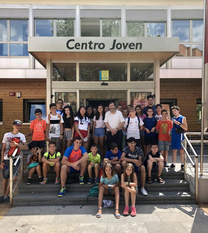 El concejal José María Martínez visita la Escuela de Verano Joven por la que pasarán cien participantes