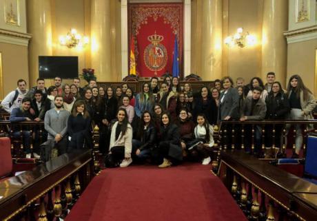 Martínez enseña el Senado a dos grupos de alumnos del Instituto Pedro Mercedes