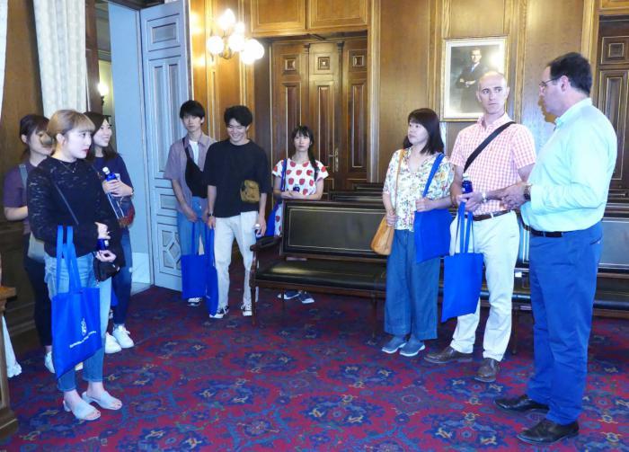 Prieto acerca la realidad de la provincia y de la Diputación a un grupo de universitarios japoneses