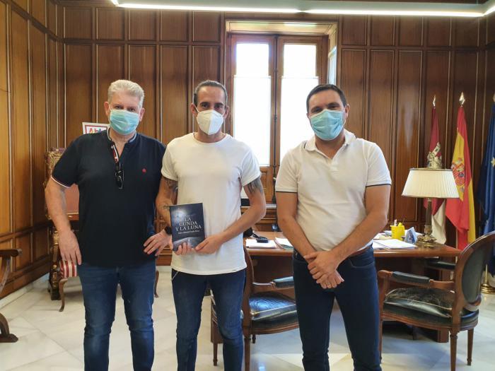 Martínez Chana apoya al escritor de Villarejo de Fuentes, Pedro Manuel Fraile, y lo pone como ejemplo de retorno al medio rural