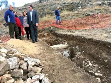 Prieto conoce in situ el último hallazgo arqueológico en Valeria: las termas de la ciudad romana y un mosaico