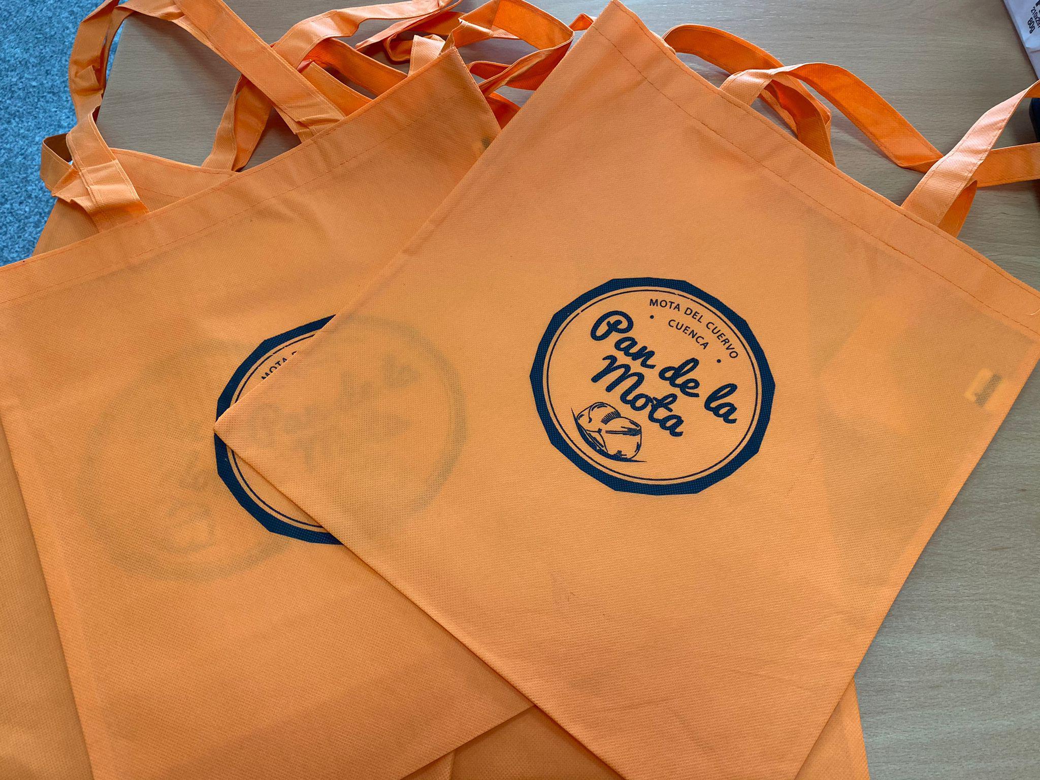 """El Ayuntamiento de Mota continúa con su campaña de promoción de la marca """"Pan de la Mota"""" con la edición de bolsas reutilizables"""